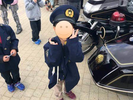警察官の制服着た子供