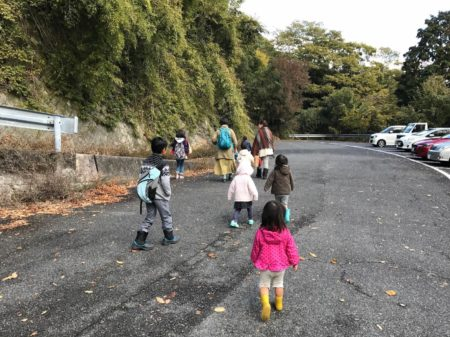 広峰神社駐車場。子供たちたくさん