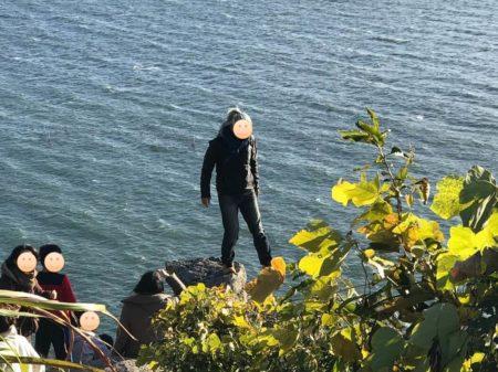 りょうすけさんが岩場に登る