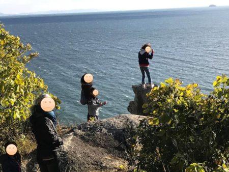少女が小赤壁の岩場に登る
