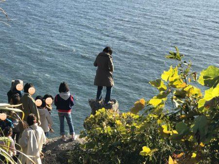 大人も小赤壁の岩場に登る