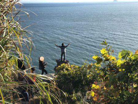 少年が小赤壁の岩場に登る