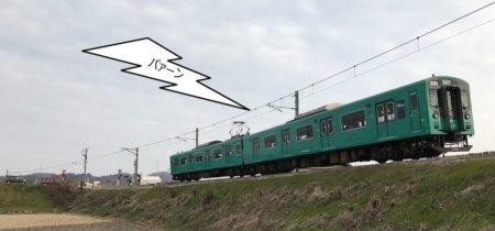 厄神駅から車両基地に向かう途中に加古川線の電車。パアーンと警笛鳴らしてくれて盛り上がる。