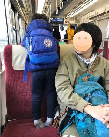 加古川線に乗って厄神駅へ。つま先立ちで運転席を見る子供。