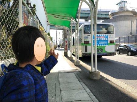 乗って来たバスに手を振る少年。電車と同じく律儀だねえ。