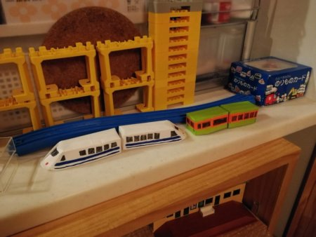 完成した電車と新幹線は、オモチャ棚のええ場所に鎮座
