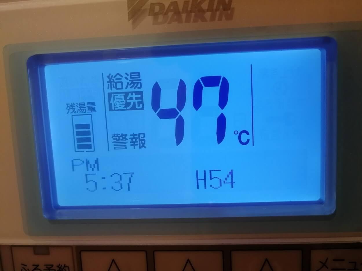 警報のマークと、エラーコードH54を示すエコキュートのリモコン